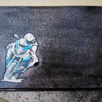 Купить чехол для макбука, кожаный чехол на макбук с рисунком мотоциклиста, заказать кожаный чехол