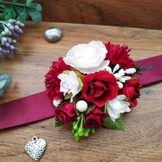 Бутоньерка на руку в бордовом цвете Цветочный браслет для подружек невесты