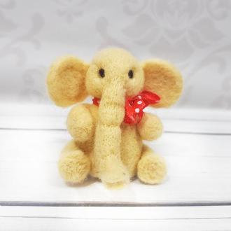 Миниатюра слоника из шерсти
