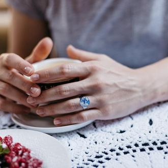 Синее кольцо из эпоксидной смолы  с серебряной поталью