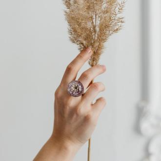Массивное кольцо из эпоксидной смолы с хризантемой