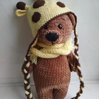 Медвежонок вязаный из плюшевой пряжи в шапке жирафа