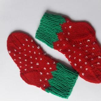 """Вязаные носочки """"Клубнички""""."""