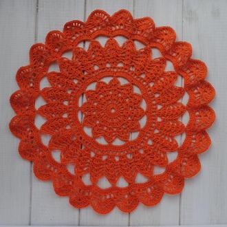 Салфетка оранжевого цвета вязаная крючком