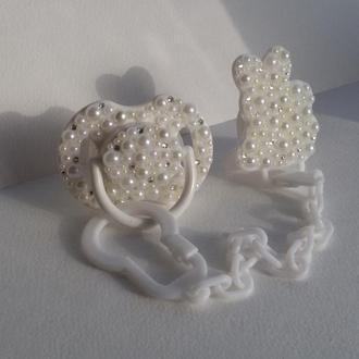 Клипса, цепочка, держатель для пустышки с инкрустацией стразами (кристаллами, жемчугом)