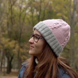 Двухцветная женская шапка с аранами