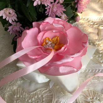 Розовая свадебная подушка для колец с цветком