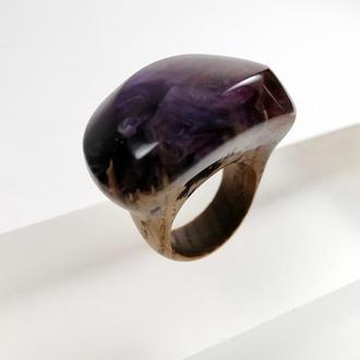 Стильное фиолетовое кольцо ( размер 16,5-17,0) из древесины бука и ювелирной смолы