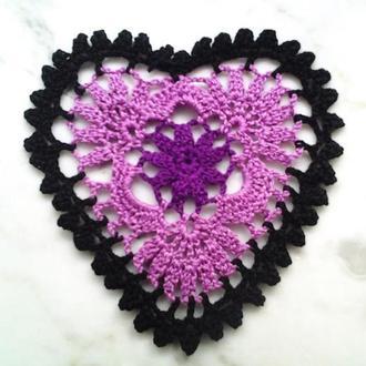 """Салфетка """"Сердце черно-сиреневое"""" в романтическом стиле, вязанная крючком."""