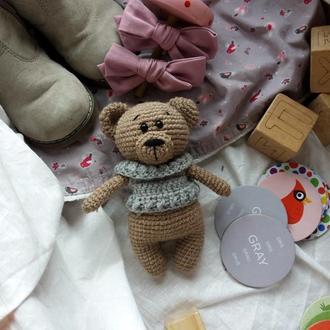 Вязаный мишка в сером свитере игрушка на подарок