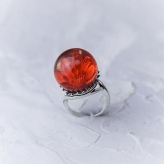 Крупное кольцо из ювелирной смолы с красной гипсофилой