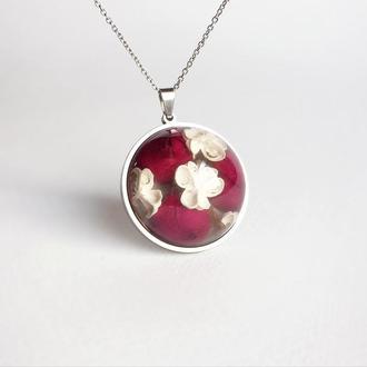 Подвеска-полусфера с ярко-малиновыми розами и белоснежным аллиумом (модель № 2375) Glassy Flowers