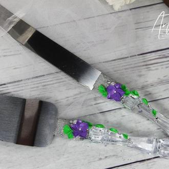 Набор для свадебного торта - лопатка и нож с фиолетовыми цветами и жемчугом