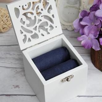 Белая свадебная коробочка для колец с вензелями с темно-синим атласом
