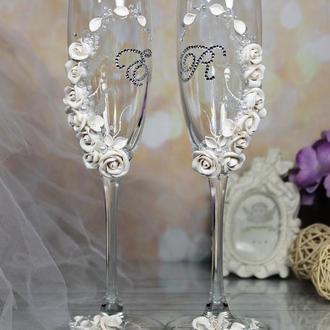 Свадебные бокалы с белыми розами, инициалами, стразами и жемчугом