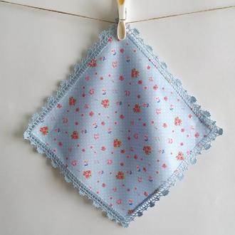 Голубой в горошек платочек с голубым кружевом