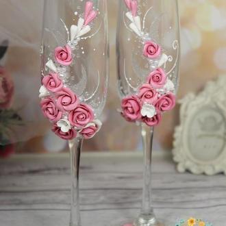 Свадебные бокалы с розовыми розами и бусинами под жемчуг