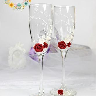 Свадебные бокалы с роскошными розами кровавый красный и айвори