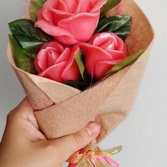 Букет із трьох троянд у фетрі.