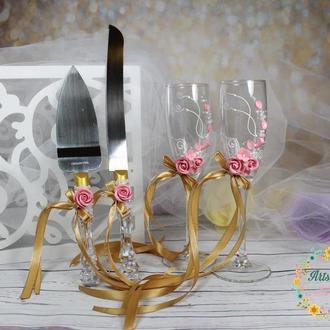 Свадебный набор с розовыми розами и золотыми бантами-бокалы и лопатка нож для торта