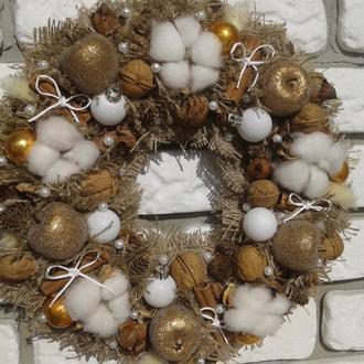 Декоративный новогодний венок из мешковины «Золотые яблочки».
