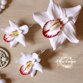 """Комплект украшений """"Белые орхидеи"""" серьги и заколка из полимерной глины"""