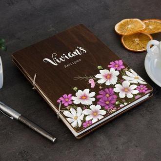 Кулинарная книга с гравировкой цветов в деревянной обложке
