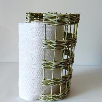 Плетеный держатель для кухонных бумажных полотенец.