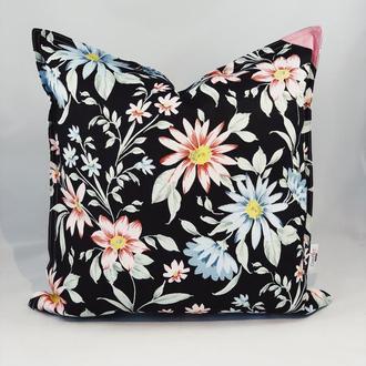 Диванная подушка с цветами. Подушка на замке. Подушка чёрная с цветами.