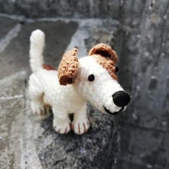 Вязаная крючком миниатюрная собачка Джек Рассел.