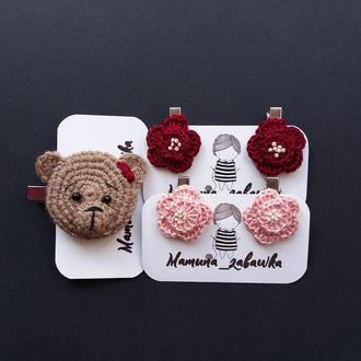 Набір заколок в'язаний ведмедик в'язані квіти бордові рожеві подарунок для дівчинки
