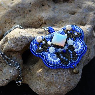 Синій вишитий кулон з металевими вставками бронзового кольору, Кулон з метеликами, Вишите намисто