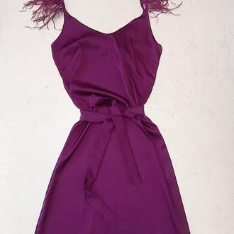 Шелковое платье с перьями