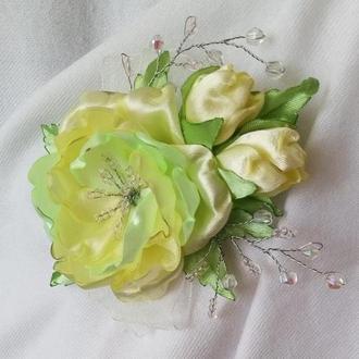 Большая брошь с желто-салатовой розой и декором из бусин