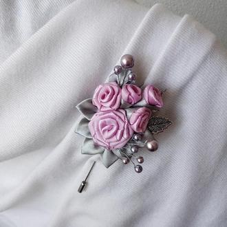 Розово-серая цветочная брошь булавка с жемчужным декором