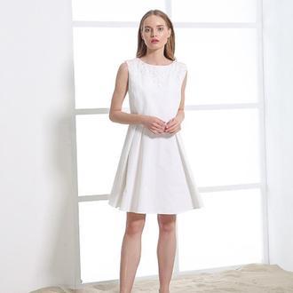 Белое платье с бледно-розовой вышивкой