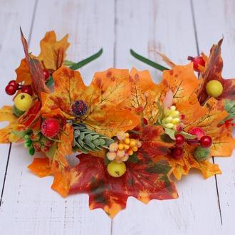Яркий осенний обруч ободок с листьями, ягодами и хмелем