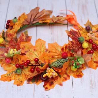 Осенний венок веночек с листьями, ягодами и хмелем