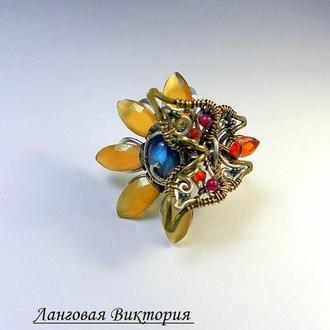 Яркое кольцо с камнями.