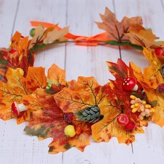 Осенний венок с листьями, хмелем и мухоморами