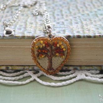 Кулон с вышивкой ′Дерево жизни′