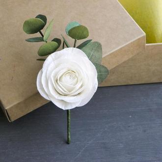 Бутоньерка с белой розой и эвкалиптом для жениха и свидетелей
