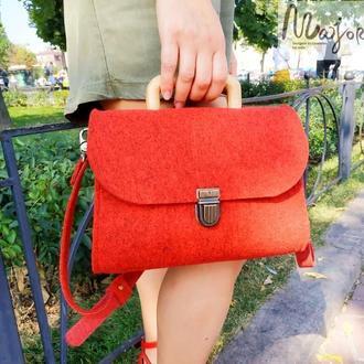 Красная сумка из войлока