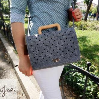 Серая женская сумка из войлока