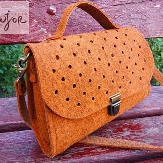 Женская терракотовая сумочка из войлока
