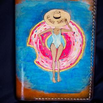 Женская обложка для паспорта, обложка на паспорт пончик, розовый пончик на кожаной обложке,