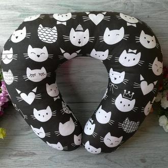 Автомобильная подушка кошачьи мордочки на черном, 41 см * 34 см