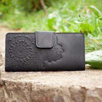 Женский кожаный кошелек черный длинный с цветочным орнаментом