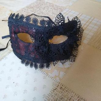 Карнавальная маска с черным кружевом