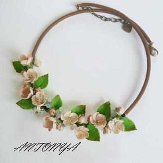 Колье с весенними цветами